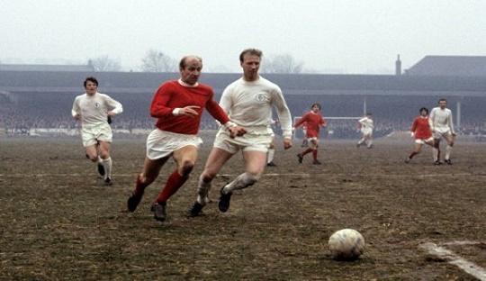 Charlton bersaudara, Jack dan Bobby dalam laga Leeds United vs. Manchester United