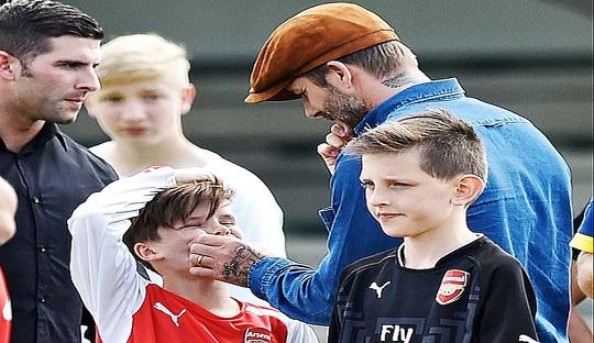 Beckham dikenal memiliki hubungan baik dengan Wenger. Bahkan ketiga anak laki-lakinya bersekolah di akademi sepakbola Arsenal