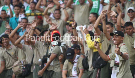 Ketika Para Tentara Mencari Hiburan di Tribun Stadion