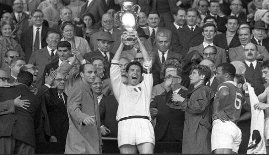 Cesare Maldini saat mengangkat trofi Piala Eropa di Wembley 1963