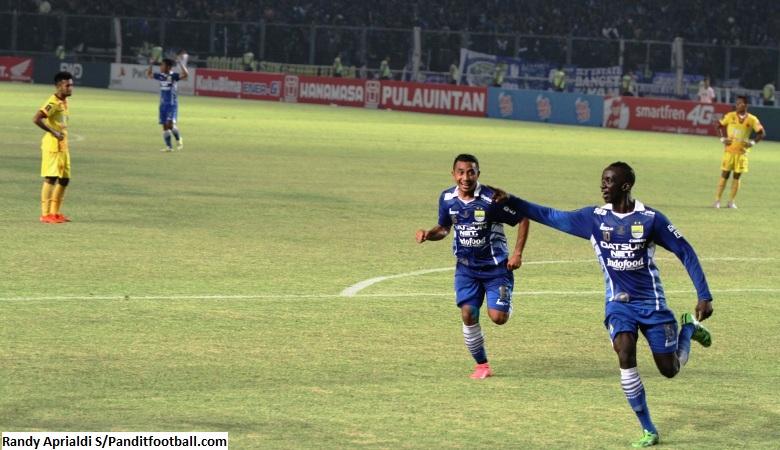 Firman Utina (kiri) dan Makan Konate (kanan) sewaktu merayakan gol pada laga final Piala Presiden 2015 di Stadion Utama Gelora Bung Karno (SUGBK).
